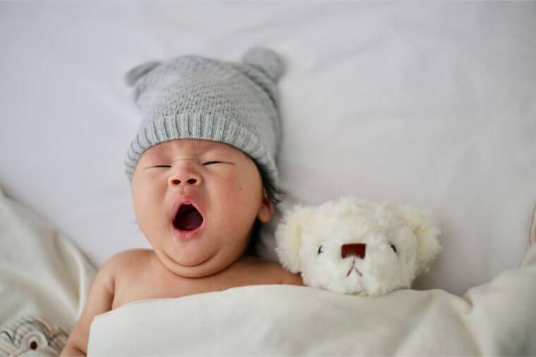 あくびをしている赤ちゃん